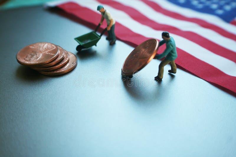 Homens que movem seus salários com a bandeira americana de alta qualidade fotografia de stock royalty free