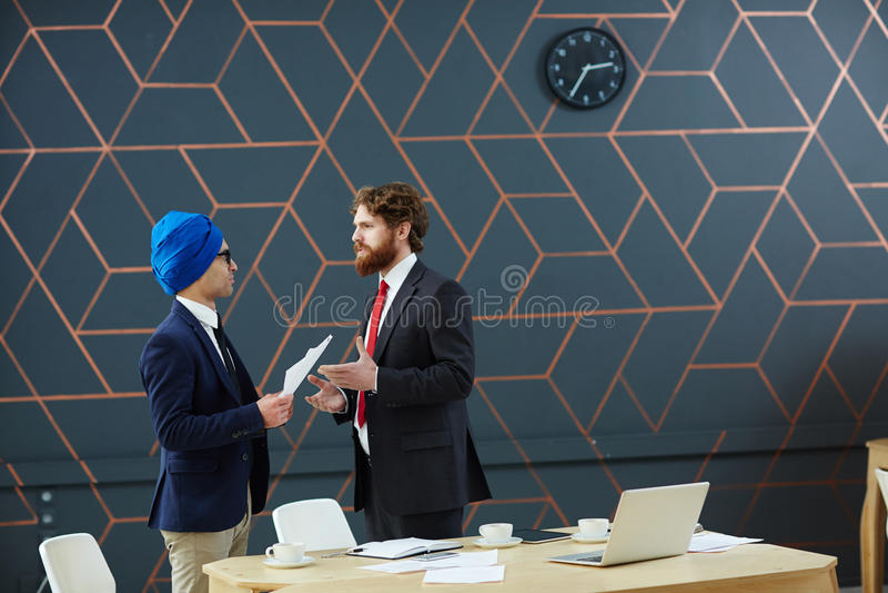 Homens que negociam foto de stock