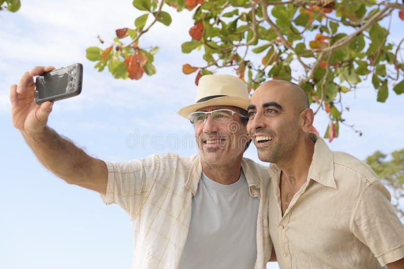 Homens que tomam um selfie com telefone celular fotos de stock royalty free