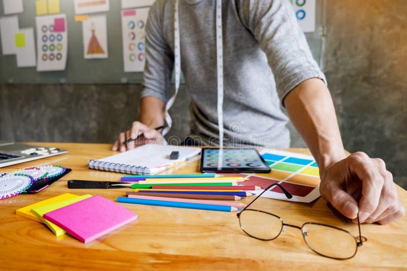 homens que trabalham como o desenhador de moda que escolhe na carta de cor para clo imagens de stock royalty free