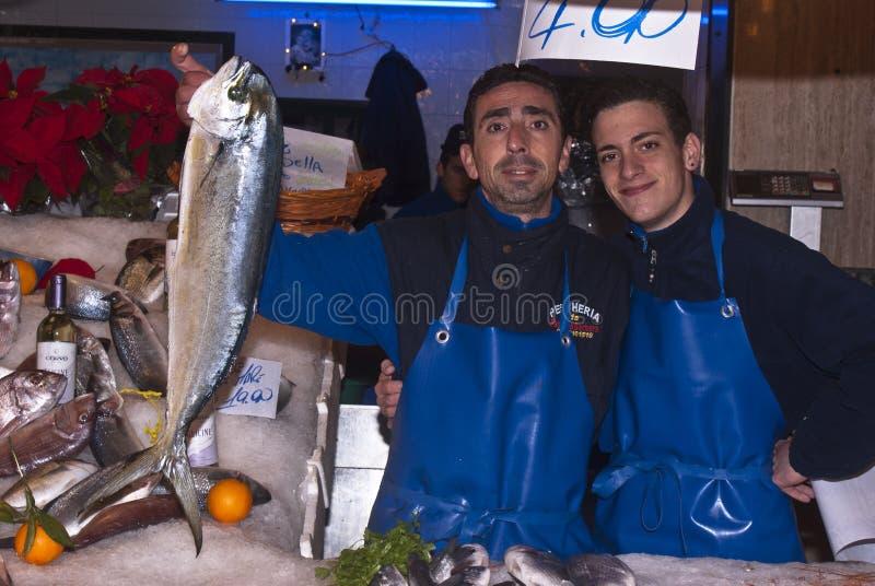 Homens que vendem peixes