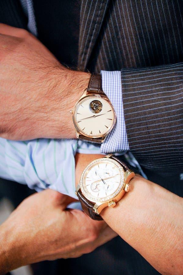 Homens & relógios de pulso das senhoras fotos de stock royalty free
