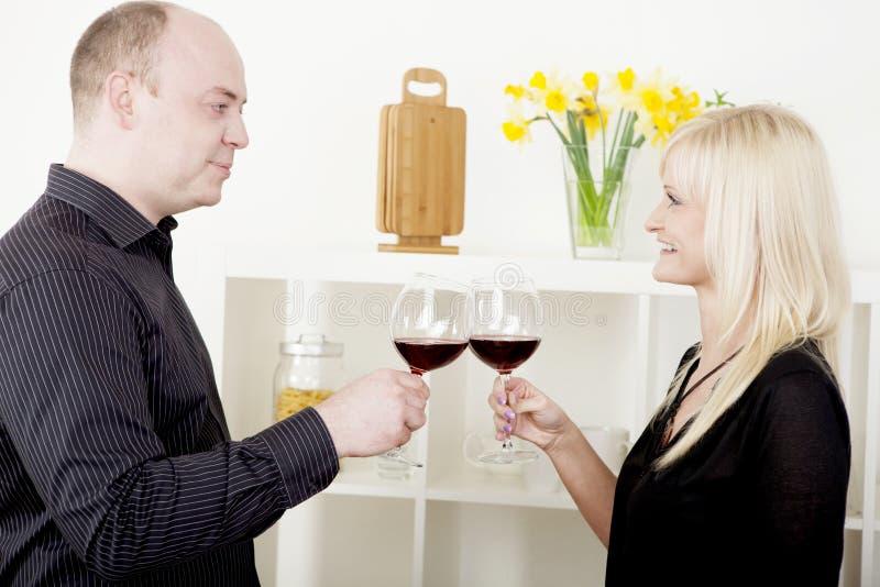 Homem e mulher que brindam-se foto de stock royalty free