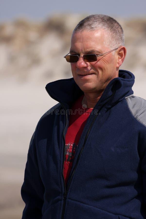 Homens sênior na praia fotos de stock royalty free