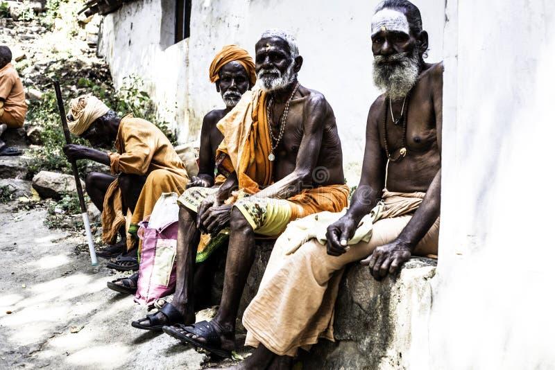 Homens santamente de Sadhu na roupa da cor do açafrão fotos de stock royalty free