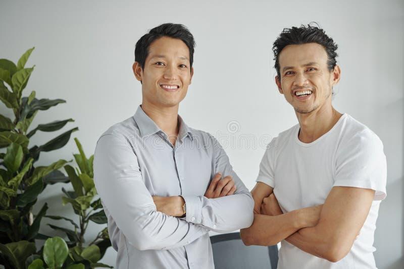 Homens seguros alegres fotografia de stock