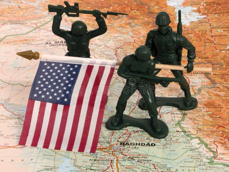 Homens Verdes Do Exército Do Brinquedo Com A Bandeira Dos E.U. Em Iraque Foto de Stock Royalty Free