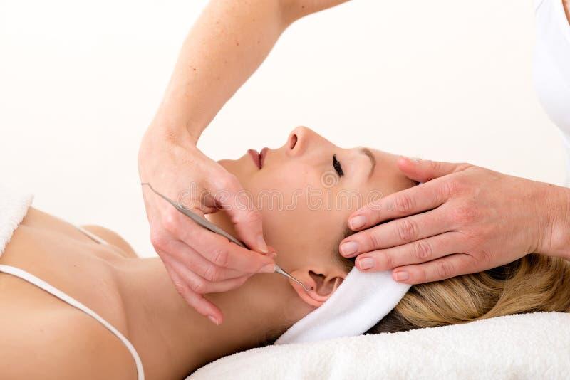 Homeopaat die de technieken van de ooracupunctuur gebruiken. royalty-vrije stock afbeelding