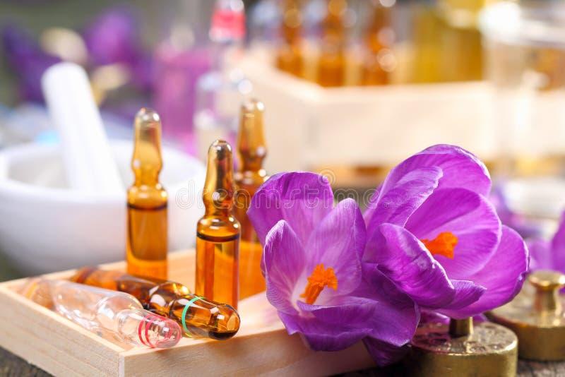 Homeopathie, krokus en ampullen stock foto's