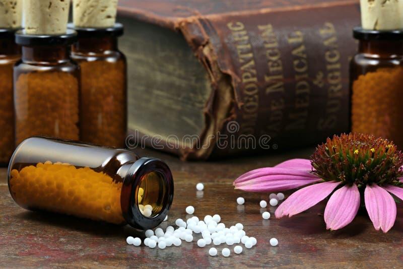 Homeopathische echinaceapillen stock afbeeldingen