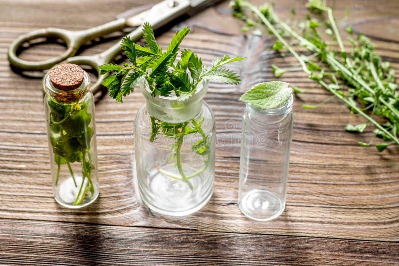 homeopathy Lagra upp medicinska örter Örter i exponeringsglas på trätabellbakgrund fotografering för bildbyråer