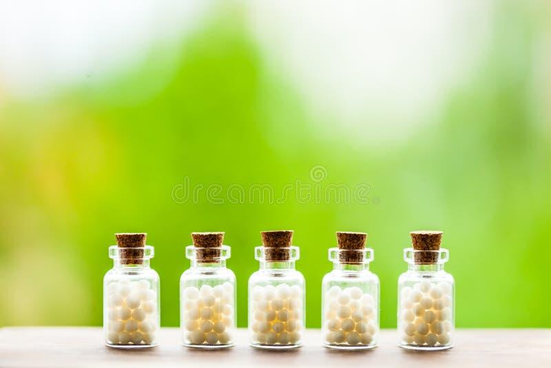 Homeopatii pigułki w rocznik butelkach obraz stock