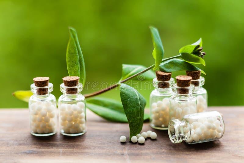 Homeopatii pigułki w rocznik butelkach obrazy royalty free