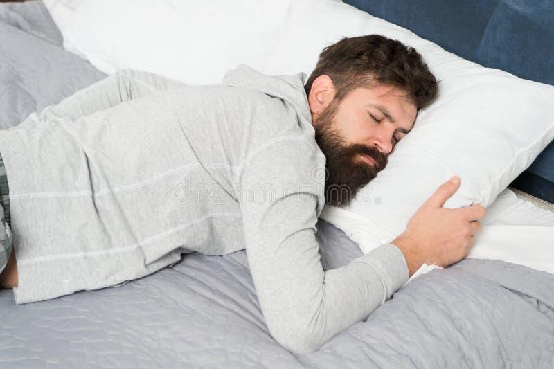 A homeostase da vigília do sono mantém-se a par de sua necessidade para o sono Sono do homem em casa Durante a hormona de crescim fotografia de stock royalty free