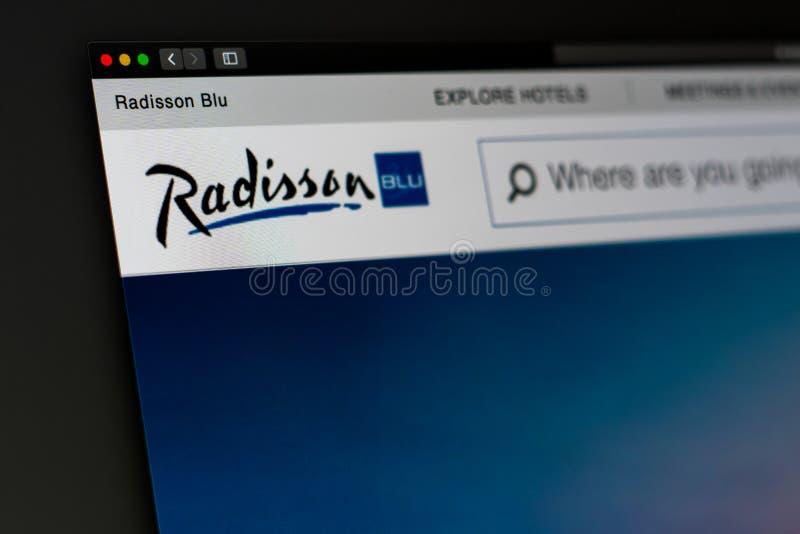 Homepage AZUL de la página web de la compañía de Radisson Ciérrese para arriba del logotipo de Radisson fotos de archivo