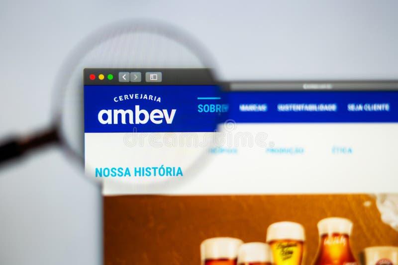 Homepage de la página web de la compañía de Ambev Ciérrese para arriba del logotipo de Ambev imagen de archivo libre de regalías