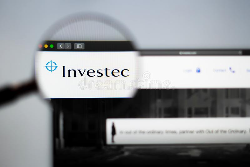 Homepage de la página web de la compañía de Investec Ciérrese para arriba del logotipo de Investec imágenes de archivo libres de regalías