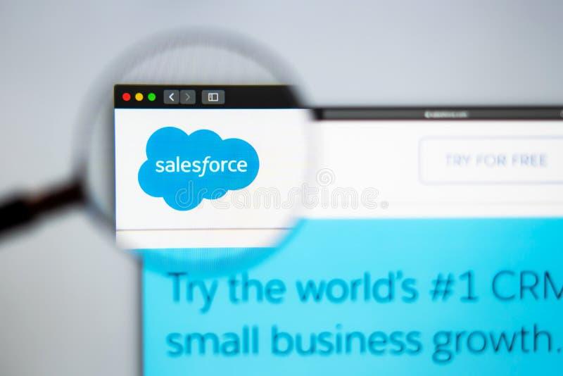 Homepage de la página web de la compañía de SalesForce Ciérrese para arriba de logotipo de la fuerza de ventas fotografía de archivo