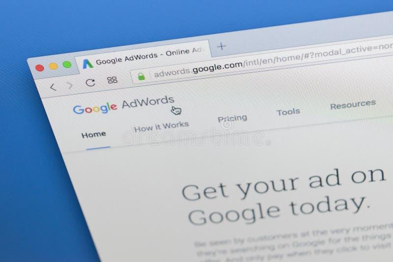 Homepage-Website Googles Adwords auf Bildschirm Apples IMac unter einer Lupe Google AdWords ist Online-Werbung stockfotos