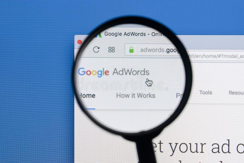 Homepage-Website Googles Adwords auf Bildschirm Apples IMac unter einer Lupe Google AdWords ist Online-Werbung stockbild