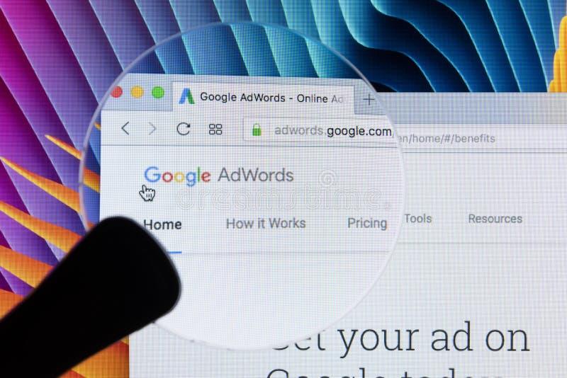 Homepage-Website Googles Adwords auf Bildschirm Apples IMac unter Lupe Google AdWords ist Online-Werbungs-Service lizenzfreie stockfotos