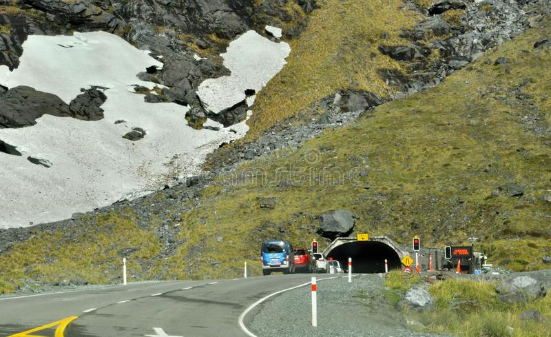 Homer tunnel under Darran Mountain på den Milford Sound huvudvägen royaltyfri bild