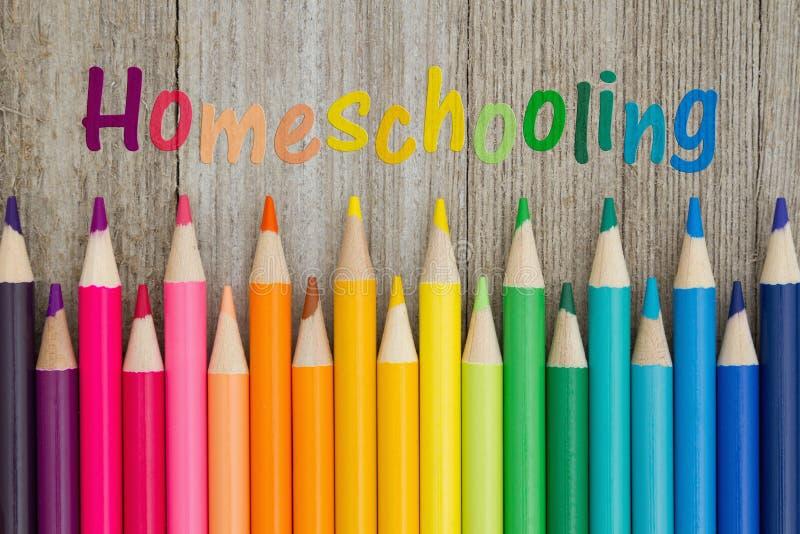 Homeschoolings-Mitteilung mit Bleistiftzeichenstiften lizenzfreie stockfotos