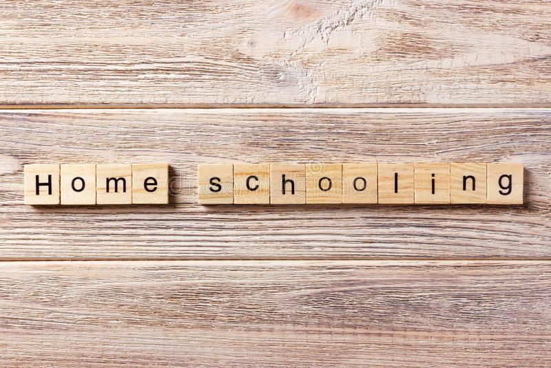 Homeschoolingswoord op houtsnede wordt geschreven die Huis het scholen tekst op lijst, concept stock foto