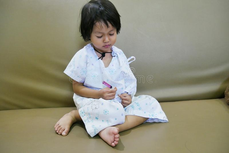 Homesick Cierpliwego dziecko chybienie Rodzinny Czuciowy Smutny Siedzi na Kolorowym Łóżkowym Zasolonym rozwiązaniu na ręce obraz royalty free