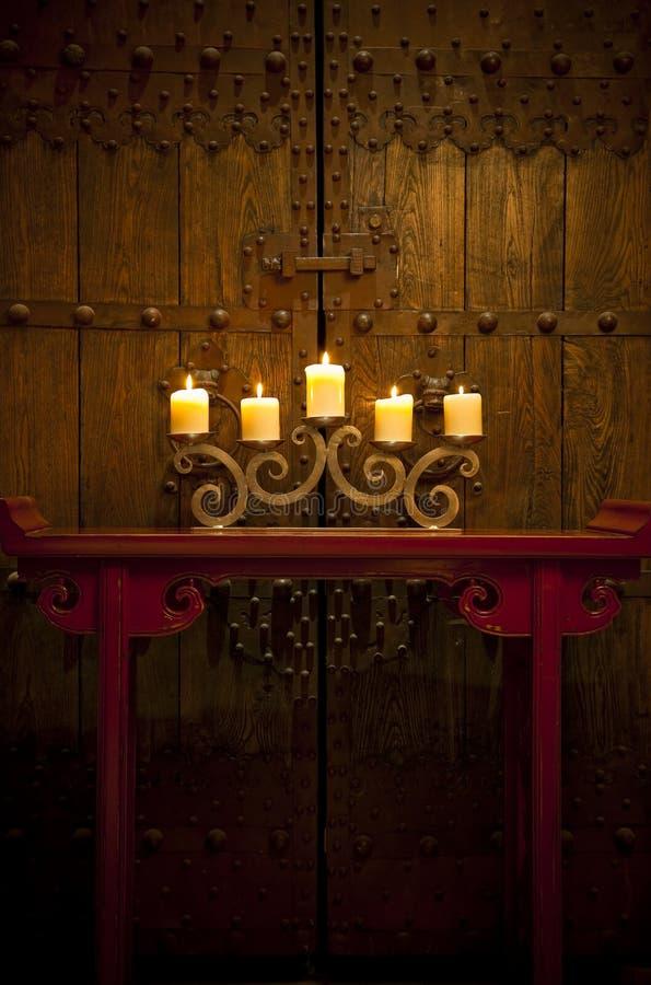 Homewares antichi che impostano con le candele burning immagini stock
