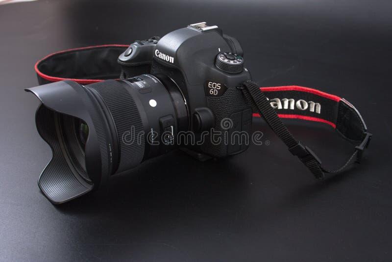 Homiel', Bielorussia - 22 febbraio 2017: Macchina fotografica di Canon - 6d con le lenti di sigma - 24 sui precedenti neri fotografia stock