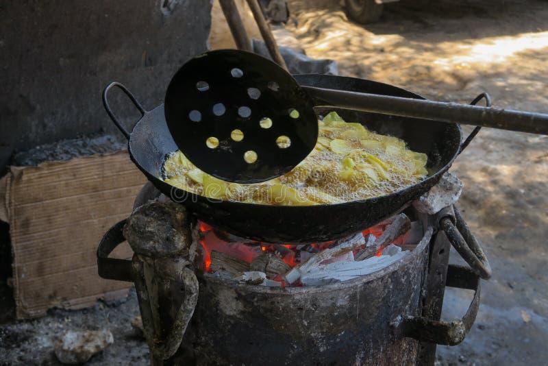 Hommade油炸马铃薯片在蒙巴萨肯尼亚开火 免版税库存图片