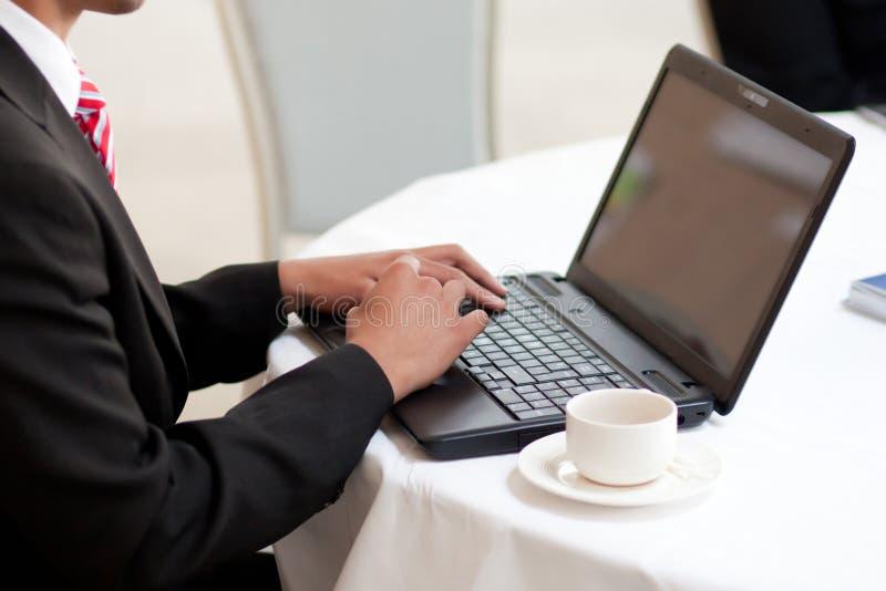 Homme à l'aide d'un ordinateur portatif photo libre de droits