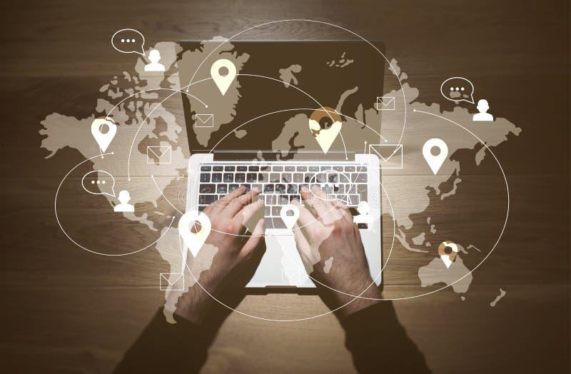Homme à l'aide de l'ordinateur portable avec le réseau illustration libre de droits