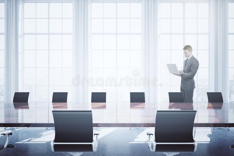 Homme à l'aide de l'ordinateur portable dans la salle de conférence images libres de droits