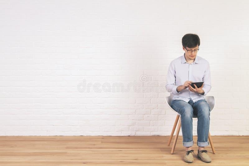 Homme à l'aide de la tablette photos libres de droits