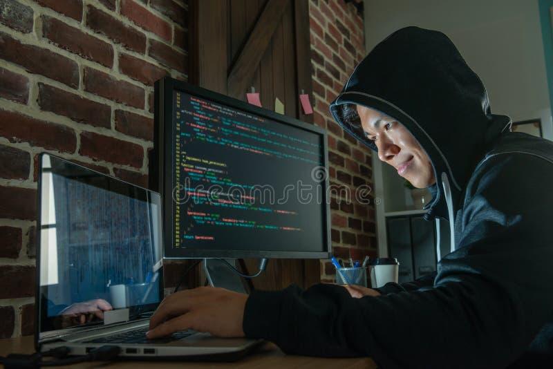 Homme à l'aide des appareils électroniques pour faire du chantage image libre de droits