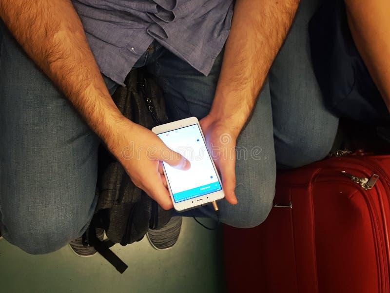 Homme à l'aide des smartphones dans le souterrain photo libre de droits