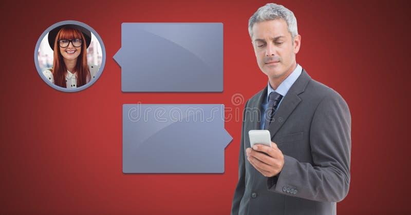 Homme à l'aide du téléphone avec le profil de transmission de messages de bulle de causerie photographie stock libre de droits