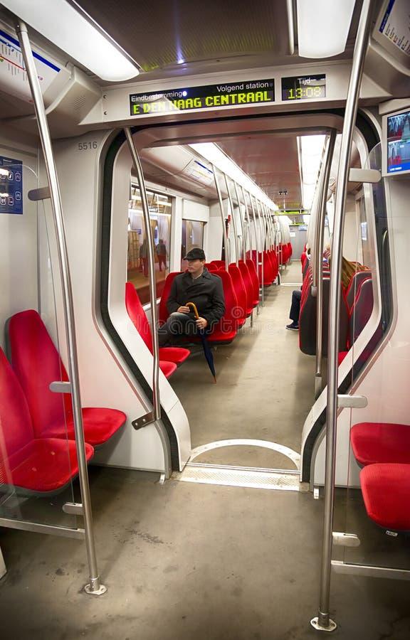 Homme à l'intérieur de métro néerlandaise photographie stock libre de droits