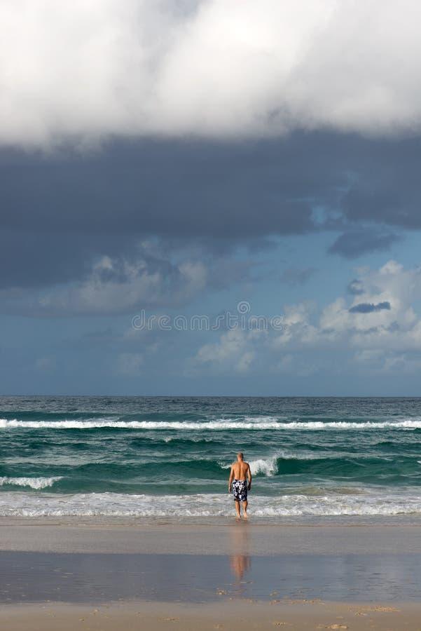 Homme à l'océan photographie stock libre de droits