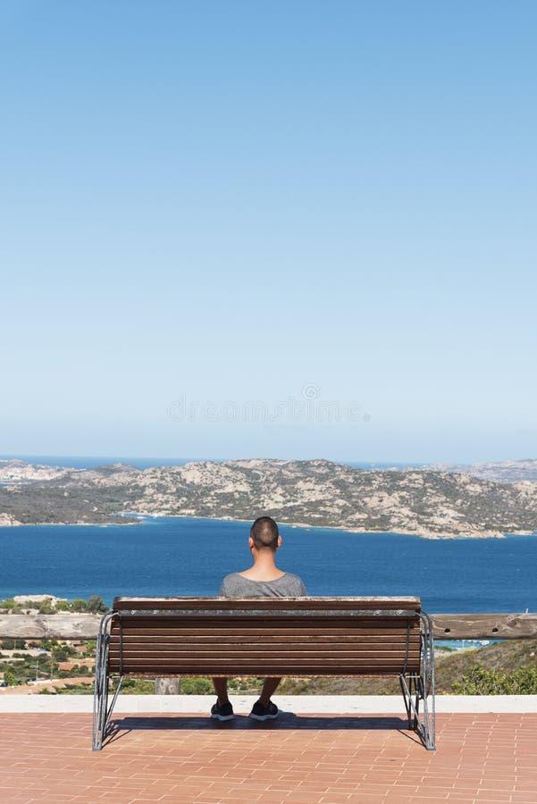 Homme à la côte du nord de la Sardaigne, Italie photo stock