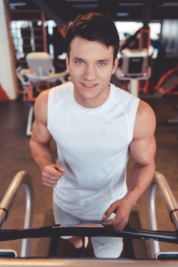 Homme à la gymnastique photo libre de droits