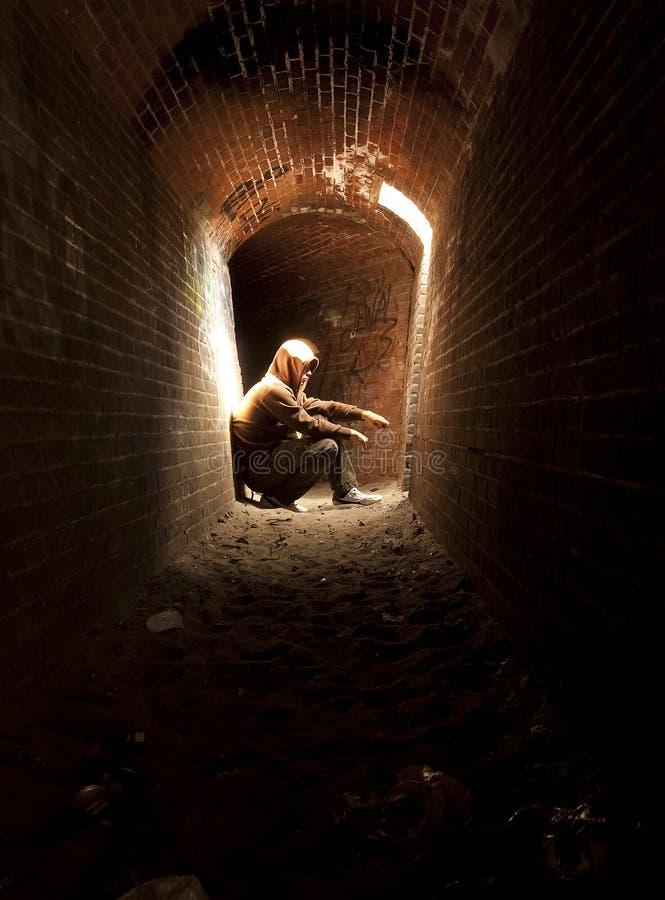 Homme à la lumière d'un tunnel images stock