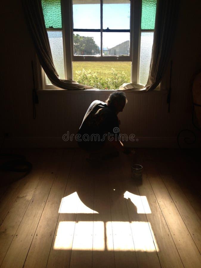 Homme à la maison de bricoleur travaillant aux rénovations de la vieille maison de fédération photos stock