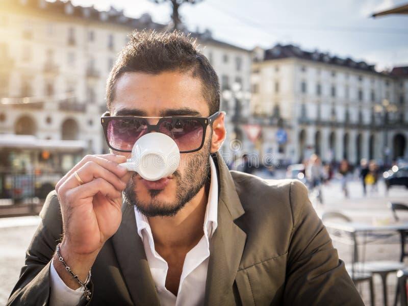 Homme à la mode en café potable extérieur de café photos libres de droits