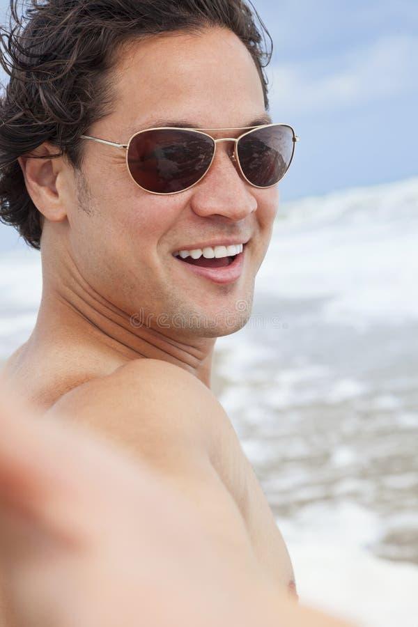 Homme à la plage prenant la photographie de Selfie photo libre de droits