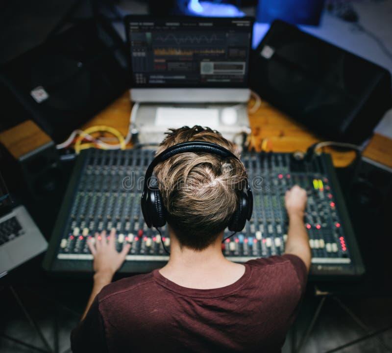 Homme à la station de mixeur son photo libre de droits