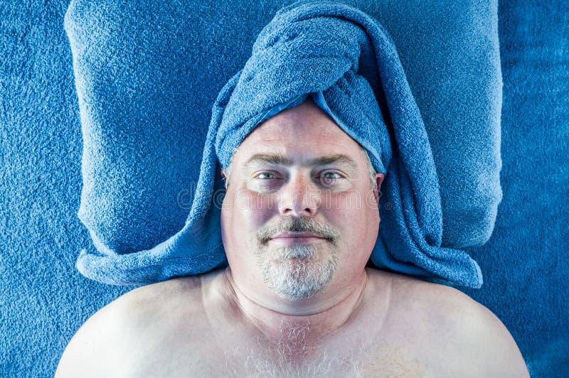 Homme à la station thermale photo libre de droits