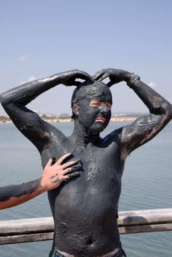 Homme à la station thermale de boue images stock
